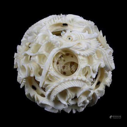 Contrefait-Kugel mit reichem plastischem Drachendekor, China 20. Jh., Elfenbein geschnitzt, filigran