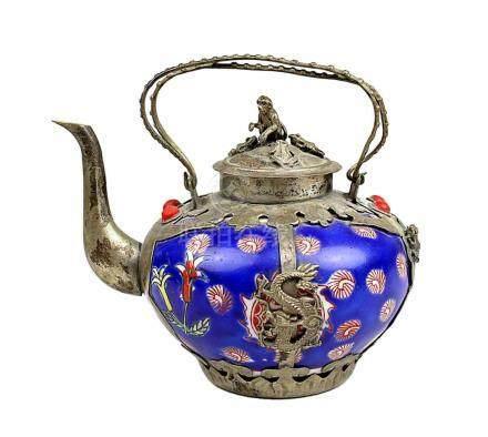 Kleine Teekanne, Sino-tibetisch Ende 19. Jh., farbig staffierter Porzellankorpus teils mit