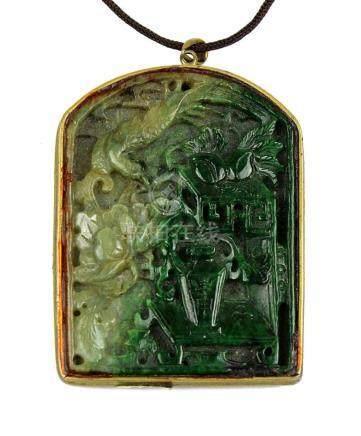 Dekorativer Jadeanhänger, China 19. / 20. Jh., reich beschnitzt mit Drache, Phönix, Pfirsichen und