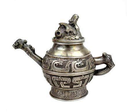 Kleine Teekanne, Sino-tibetisch Anfang 20. Jh., aus silberhaltigem Metall mit reichem reliefiertem