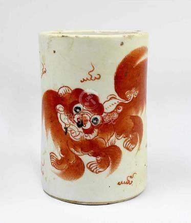 Pinselbecher, Porzellan, China um 1900, zylindrische Form, bemalt mit Fo-Hund in Rot, Höhe 11 cm,