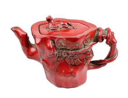 Kanne China 1. Hälfte 20. Jh. aus rot lackierter Masse als Korallenimitat, naturalistisch gestaltet,