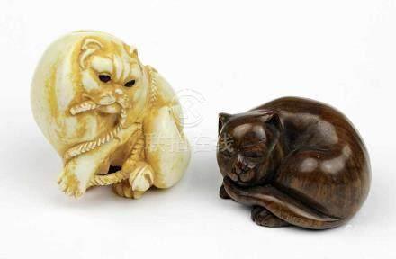 Zwei Netsuke, Japan Mitte bis 2. Hälfte 20. Jh., zwei Katzen, eine aus Elfenbein geschnitzt mit