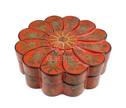 Große Lackdose, China Mitte bis 2. Hälfte 20. Jh., in stilisierter geschwungener Blütenform, mit