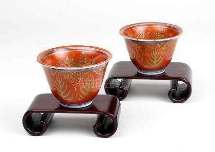 Zwei Sake-Schälchen, Japan Meiji-Periode um 1900, Porzellan, ziegelroter Fond mit oramentaler