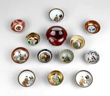 Sammlung von zwölf Sake-Schälchen, Japan 1. Hälfte bis Mitte 20. Jh., Porzellan, farbig und Gold