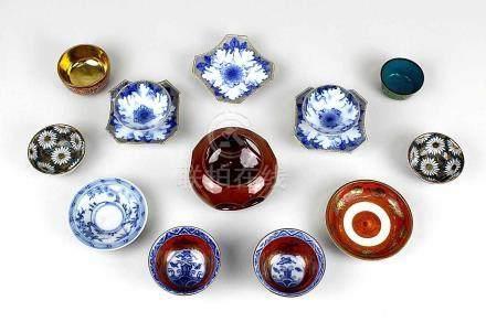 Acht Sake-Schälchen und fünf Unterschalen, Japan 1. Hälfte bis Mitte 20. Jh., sieben der Sake-