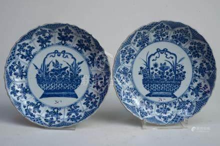 """Paire de grands plats en porcelaine bleue et blanche de Chine décorés d'un """"Panier fleuri"""" e"""