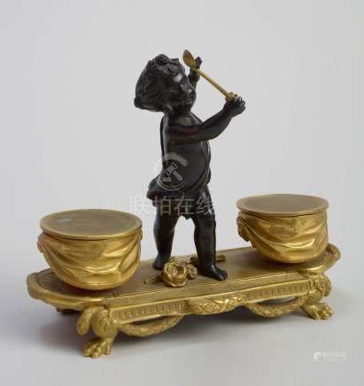 Double salière de style Louis XVI en pomponne et bronze à patine noire et dorée surmontée d'