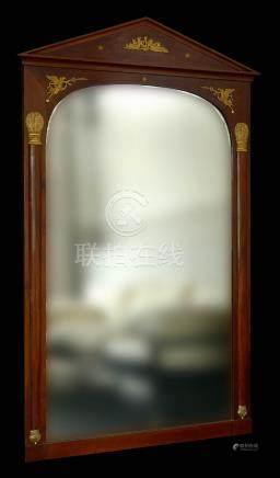 Grand miroir en placage d'acajou muni de colonnes engagées et surmonté d'un fronton. Ornemen