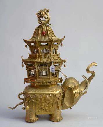 """Grand encensoir en forme d'""""Éléphant portant une pagode"""" en bronze doré. Signé. Travail chin"""