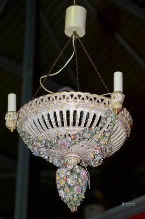"""Suspension en porcelaine polychrome de Meissen (?) à trois bras de lumière en forme de """"Corb"""