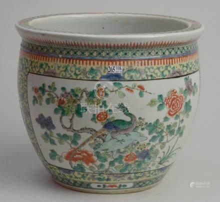 """Cache-pot en porcelaine polychrome de Chine muni de réserves décorées d'""""Oiseaux"""" et de """"Fle"""