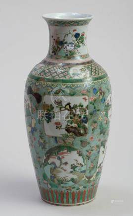"""Vase en porcelaine polychrome de Chine dite """"Famille verte"""" décoré d' """"Oiseaux et d'animaux"""""""