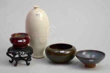 Ensemble de quatre céramiques monochromes comprenant un bol tronconique en grès émaillé gris