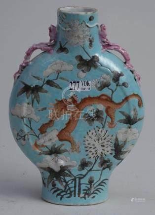 """Vase gourde en porcelaine polychrome de Chine décoré d'un """"Dragon à quatre griffes"""" et de """"F"""