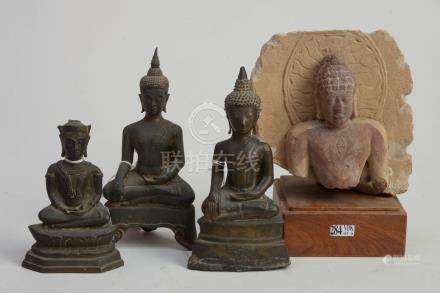 """Ensemble comprenant trois """"Bouddhas assis"""" en bronze à patine brune dont un porte des traces"""