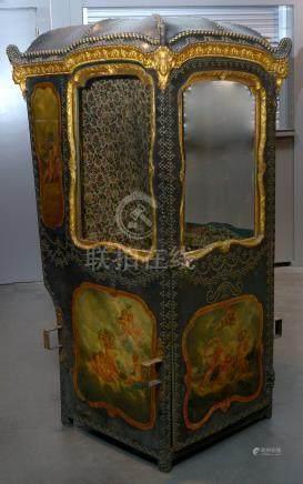 """""""Chaise à porteur"""" de style Louis XV en bois sculpté recouvert de cuir tendu clouté et peint"""
