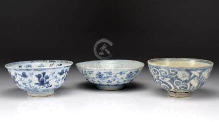THREE EARLY CHINESE BLUE & WHITE PORCELAIN BOWLS