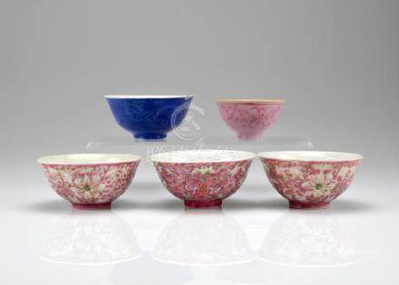 FIVE FAMILLE ROSE PORCELAIN BOWL AND CUPS