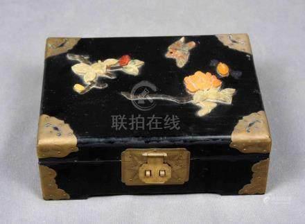 Joyero chino lacado en negro, con decoración de pi