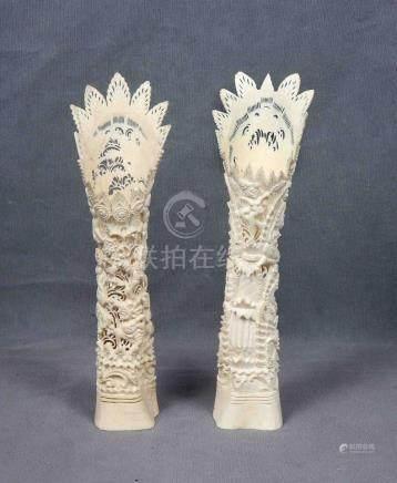Pareja de tallas balinesas en hueso, con represent