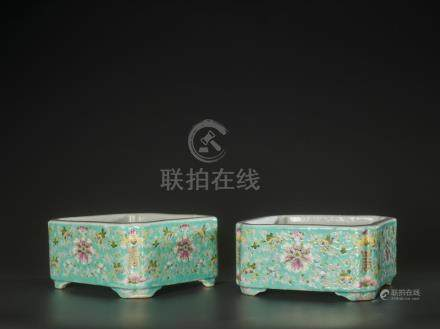 A PAIR OF FAMILLE ROSE ENAMELED PLANTERS, HONGXIAN MARKS, RE