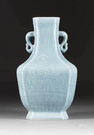 SELTENE ECKIGE VASE China, wohl Republik-Zeit Porzellan, hellblaue Glasur. H. 35,5 cm. Im Boden
