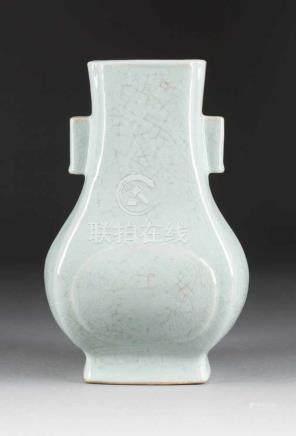 VASE IN 'HU'-FORM China, 20. Jh. Keramik, Ge-Glasur. H. 32 cm. Im Boden Sechs-Zeichen-Marke 'Da-Qing