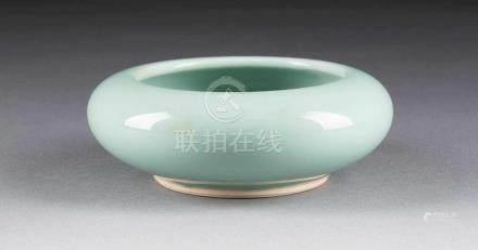 SELADON-SCHALE China, wohl 19. Jh. Porzellan, Seladon-Glasur. H. 6 cm, D. 15 cm. Im Boden