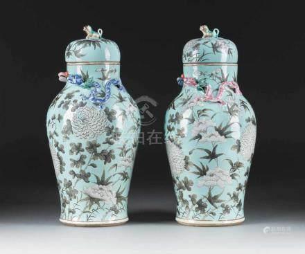 PAAR SELTENE DECKELVASEN China, 19. Jh. Porzellan, polyhcrome Aufglasurbemalung. H. 46,4 cm-46,8 cm.