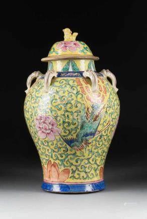 DECKELVASE MIT PHÖNIXDEKOR China, 19./20. Jh. Keramik, polychrome Aufglasurbemalung. H. 46 cm.