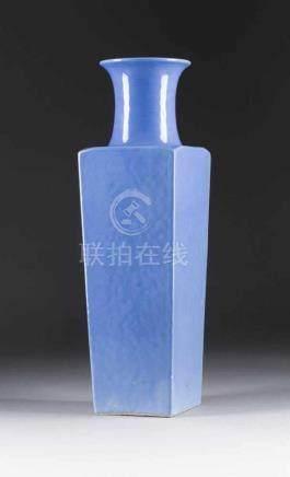 ECKIGE BODENVASE China, wohl 19. Jh. Porzellan, blaue Glasur. H. 50 cm. Im Boden Blatt-Marke.