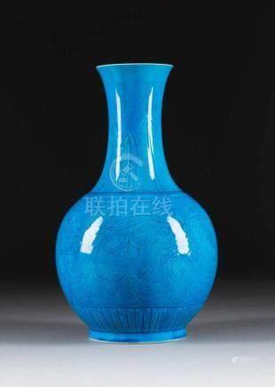 TÜRKISFARBENE VASE China, Republik-Zeit oder früher Fein Keramik, feinmaschig craqueliert. H. 33,5