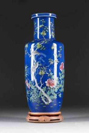SELTENE VASE MIT GARTENSZENE China, 18./19. Jh. Porzellan, polychrome Aufglasurbemalung. H. 44,8 cm.