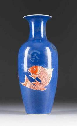 VASE MIT DEKOR VON KARPFEN China, 19. Jh. Porzellan. H. 45,3 cm. Im Boden Doppelring-Marke in