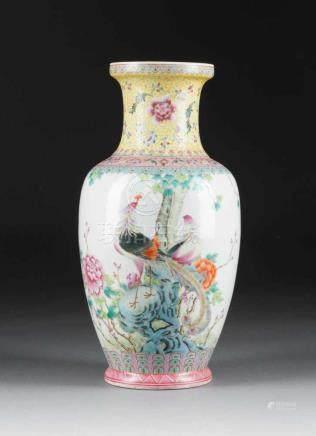 VASE MIT FASANEN China, 1. Hälfte 20. Jh. Porzellan, polychrome Aufglasurbemalung. H. 35,3 cm. Im