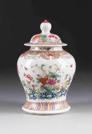 FAMILLE ROSE-DECKELVASE MIT GARTENSZENE China, um 1800 Porzellan, polychrome Aufglasurbemalung. H.