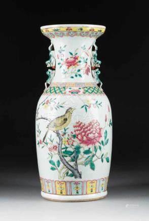 VASE MIT GLÜCKSYMBOLEN China, 19. Jh. Porzellan, polychrome Aufglasurbemalung. H. 45,4 cm.