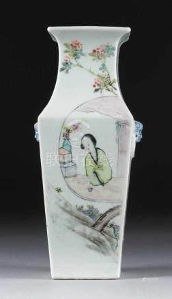 ECKIGE VASE MIT FIGÜRLICHEN DARSTELLUNGEN China, um 1900 Porzellan, polychrome Aufglasurbemalung. H.