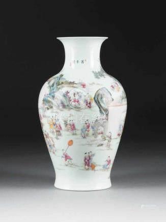 HUNDERT-KNABEN-VASE China, 20. Jh. Porzellan, polychrome Aufglasurbemalung. H. 32,4 cm. Im Boden