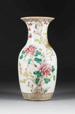 VASE MIT FLORALDEKOR China, 18./19. Jh. Porzellan, polychrome Aufglasurbemalung. H. 41,8 cm.
