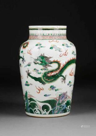 VASE MIT DRACHENDEKOR China, um 1900 Porzellan, polychrome Aufglasurbemalung. H. 33,1 cm. Im Boden