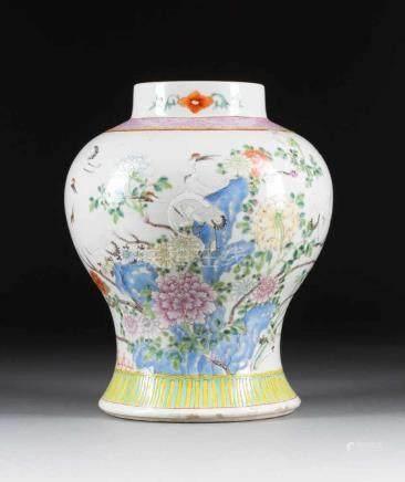DECKELVASE MIT GARTENSZENE China, um 1900 Porzellan, polychrome Aufglasurbemalung. H. 30 cm.