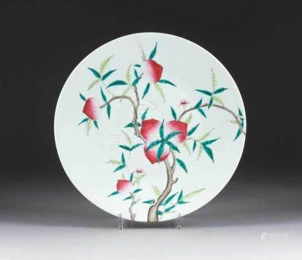 FLACHE SCHALE MIT PFIRSICHENDEKOR China, 19./20. Jh. Porzellan, polychrome Aufglasurbemalung. D.