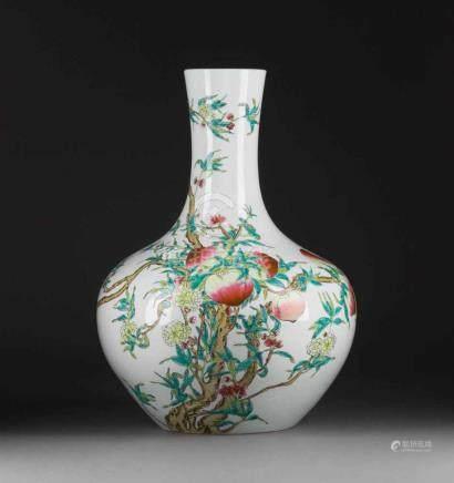 VASE MIT PFIRSICH-DEKOR China, 20. Jh. Porzellan, polychrome Aufgalsurbemalung. H. ca. 56 cm. Im
