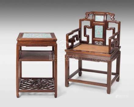 Beistelltisch und Armlehnstuhl (Fushouyi) China, späte Qing-/ Republik-Zeit. Hartholz und Porzellan.