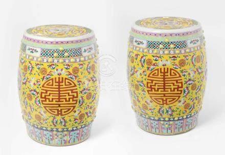 1 Paar Gartensitze China, 20.Jh. Porzellan. Trommelförmige Hocker mit Noppendekor und münzförmigen