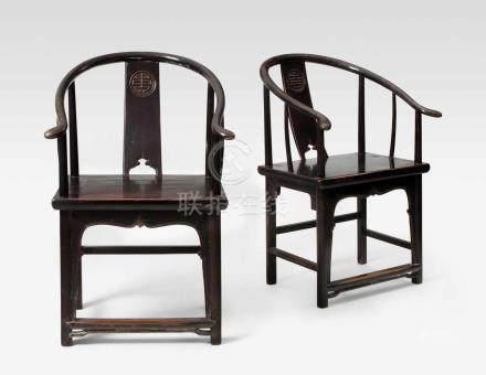 1 Paar \Horseshoe\-Armlehnstühle China. Helles Holz, dunkel lackiert. Sitzlehne verziert mit Shou-