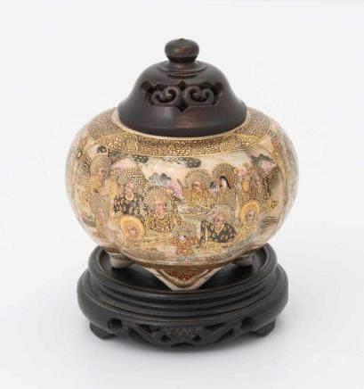 Koro Japan, 20.Jh. Satsuma-Keramik. Vierpassig bombiertes Gefäss auf vier Beinen. Darstellung von